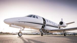Bogaci uciekają przed koronawirusem do prywatnych samolotów