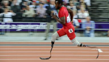 Ma amputowane obie nogi, ale protezy