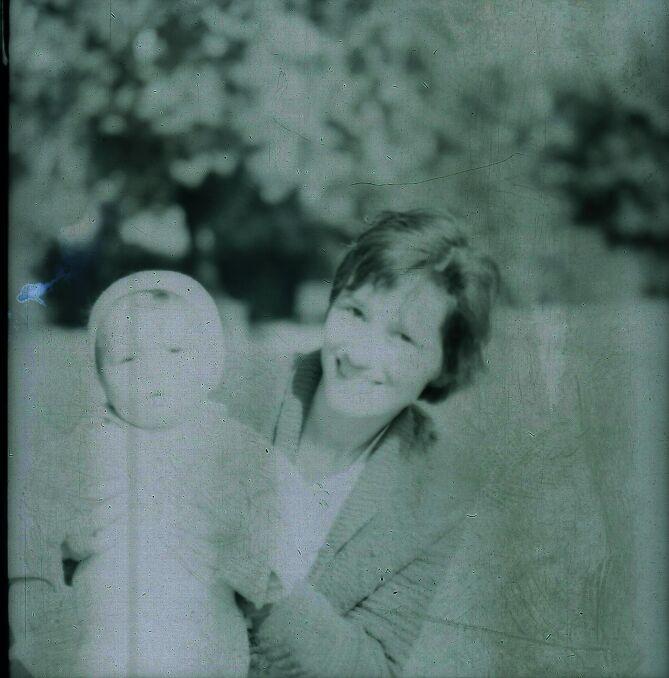 Nieznana kobieta z dzieckiem pojawia się na kilku fotografiach z Polski