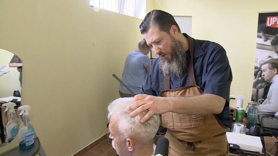 Fryzjerski Mistrz Strzyże Bezdomnych