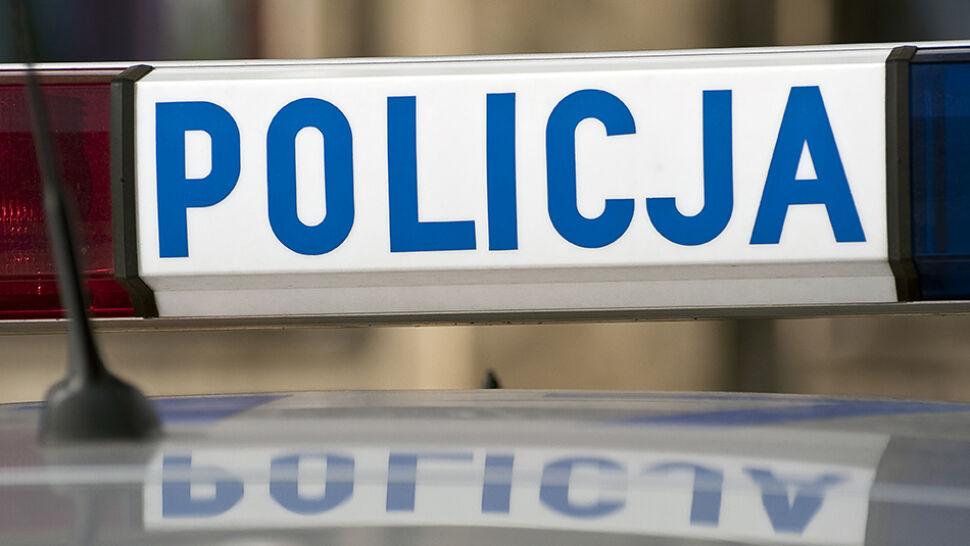 Policjant podejrzany o pobicie leżącego, obok byli jeszcze dwaj. Prokurator: pozwolili bić