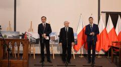 Magazyn   Patryk Jaki w towarzystwie Zbigniewa Ziobry i Jarosława Kaczyńskiego podczas konferencji poświęconej muzeum żołnierzy wyklętych, luty 2016 r.