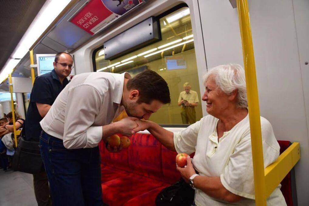 Magazyn   Patryk Jaki rozdaje jabłka w warszawskim metrze.