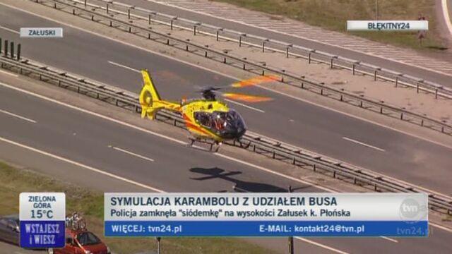 Symulacja karambolu. Policja zamknęła drogę nr. 7 na wysokości Załusek. k. Płońska (TVN24)
