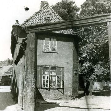 Pozostałości bramy na podwórze Domu Dobroczynności, przy ul Sierocej