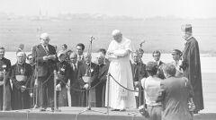 Przemówienie powitalne przewodniczącego Rady Państwa PRL Henryka Jabłońskiego. Widoczni są również: papież Jan Paweł II, prymas Polski, kardynał Stefan Wyszyński i inni - 1979-06-02