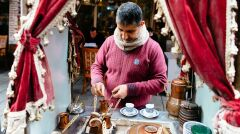 Sprzedawca kawy na ulicy Stambułu