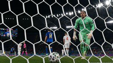 Puścił trzy gole z Włochami, po meczu od razu pojechał do żony