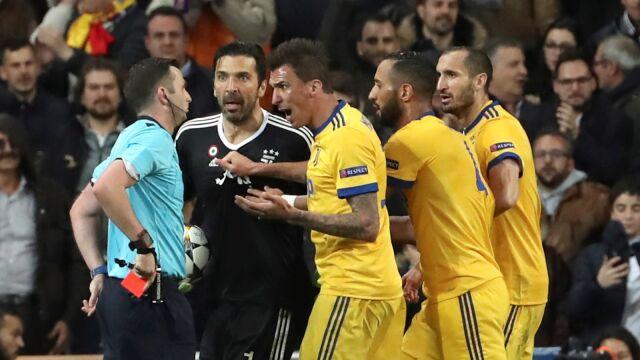 Wściekły Buffon wysyła sędziego na trybuny.