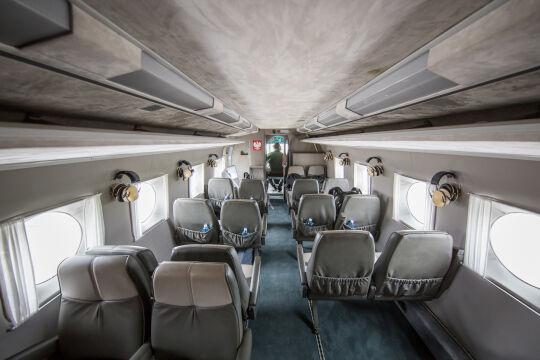 Wnętrze kabiny Mi-8 w wersji VIP. Maszyny tego typu są bardzo głośne i trudno wytrzymać w środku bez ochrony słuchu. Widać czekające na pasażerów słuchawki. Radzieccy konstruktorzy nie martwili się zbytnio o komfort pasażera