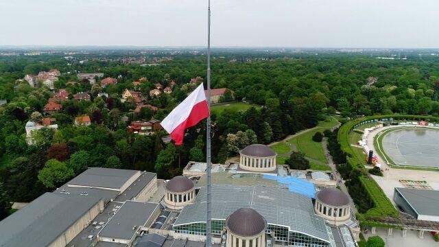 Alpiniści powiesili flagę na wrocławskiej Iglicy
