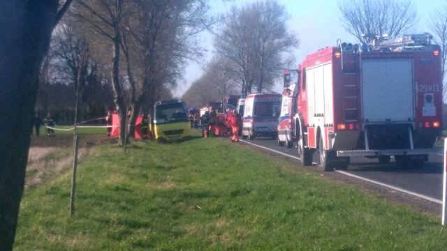 Autobus zderzył się z ciężarówką. Dwie osoby nie żyją, 19 rannych
