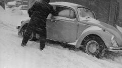 Najpierw odśnieżanie, potem próba odpalenia silnika. Jeden z wielu podobnych widoków z warszawskich ulic z początku 1979 r.
