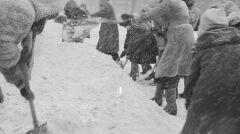 Zima stulecia na warszawskim Wierzbnie. Mieszkańcy odśnieżają chodnik