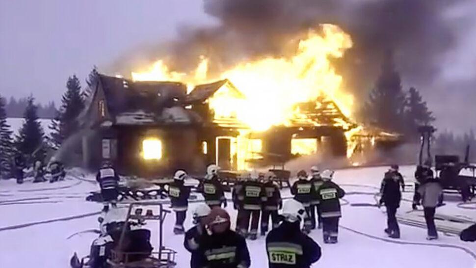 """""""Heroiczna walka"""" strażaków na wysokości. Do pożaru jechali ratrakami i skuterami śnieżnymi"""