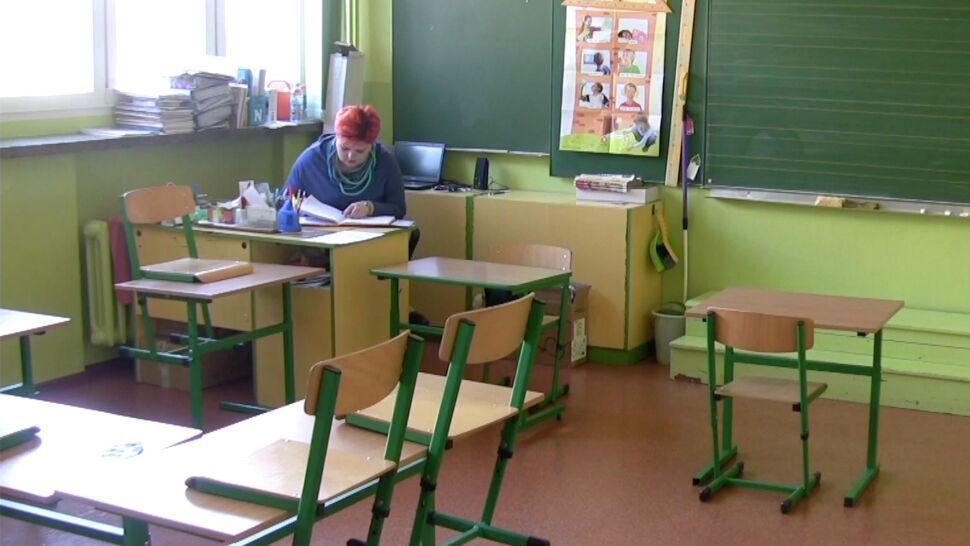 Polscy nauczyciele pracują dużo i zarabiają mało