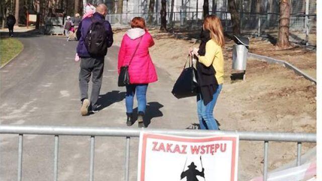 Z dzieckiem na ręku weszli za barierki. By zobaczyć lwiątka