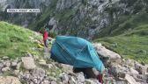 Wejście do Jaskini Śnieżnej Wielkiej i namiot ratowników TOPR