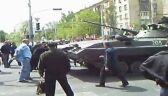 Mieszkańcy Mariupola blokują przejazd transporterowi
