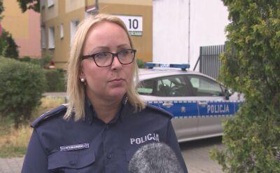 Policjantka relacjonuje wizję lokalną z podejrzanym o morderstwo