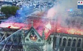 Płomienie trawiące dach Notre Dame. Nagranie