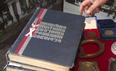 Tomasz Mikszo pokazuje albumy i kroniki z 1929 roku na temat Pewuki (wideo z 2014 r.)