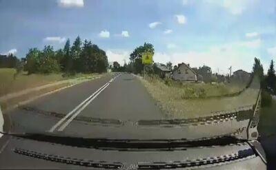 Motocykliści wyprzedzają na podwójnej ciągłej