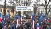 Tłum manifestantów przed siedzibą TK w Warszawie