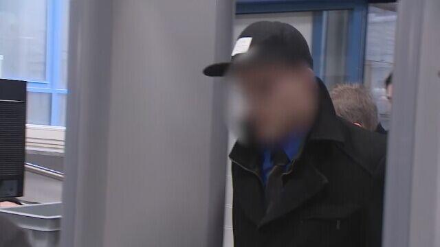Adam Z. wchodzi do sądu z walizką pełną akt