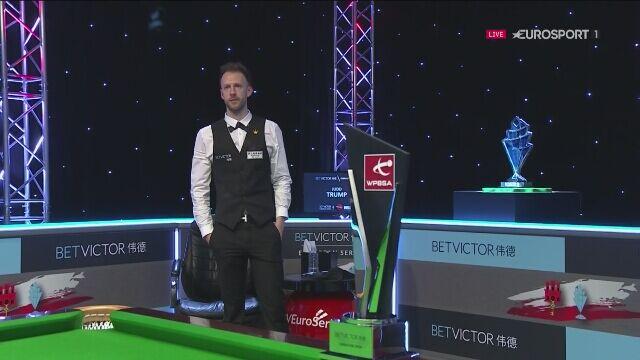 Judd Trump z pucharem za zwycięstwo w Gibraltar Open