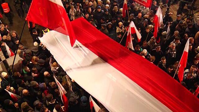Biało-czerwona flaga przed Pałacem Prezydenckim
