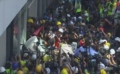 Demonstranci usiłują wedrzeć się do siedziby parlamentu