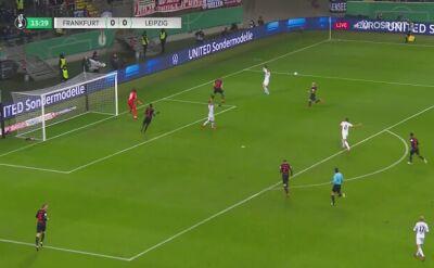 Rzut karny dla Eintrachtu Frankfurt po konsultacji VAR