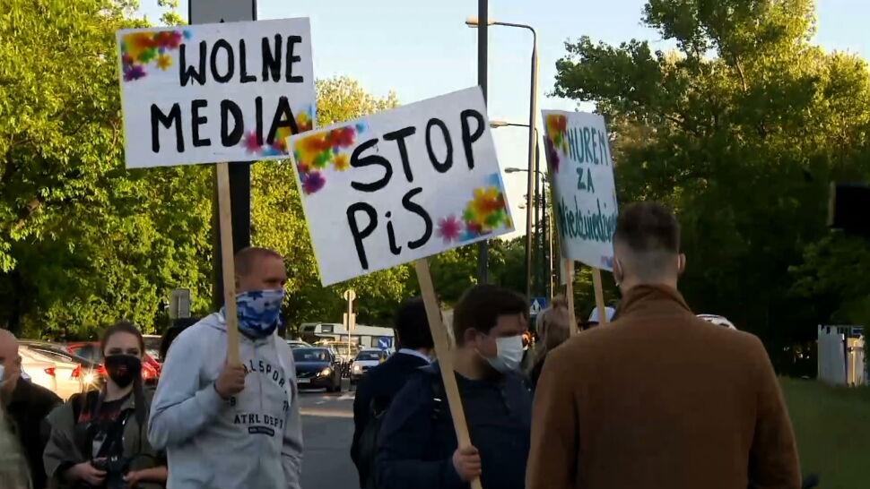 Milczący protest przed siedzibą Trójki
