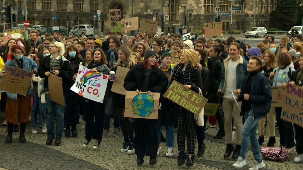 """""""Kto nie skacze, ten za węglem"""". Młodzi nie chcą tolerować zmian klimatycznych"""