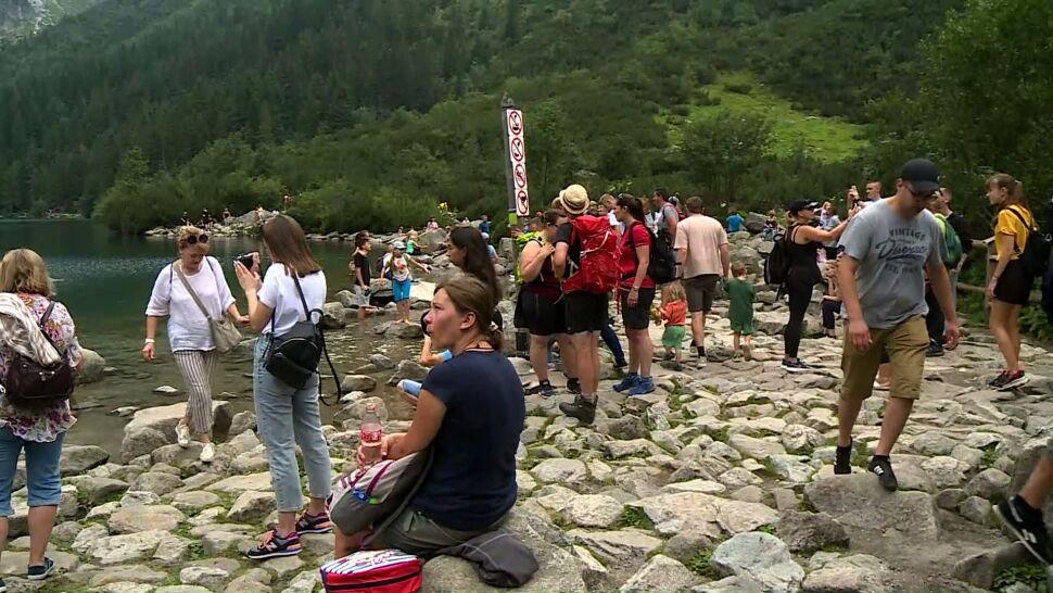 Wakacyjne oblężenie w Tatrach. Turyści masowo odwiedzają Morskie Oko