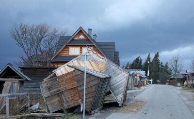 Zerwane dachy i powalone drzewa. Silny wiatr na Podhalu