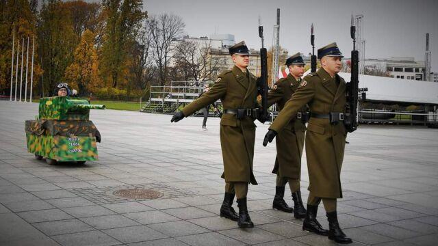 Za żołnierzami jechał tekturowy czołg. MON zawiadomiło prokuraturę