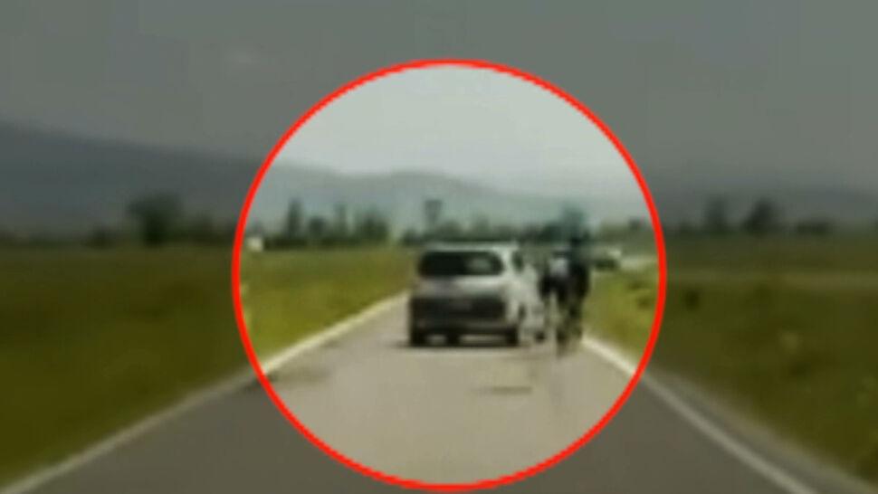 """""""Nie wiedziałam co się dzieje"""". Agresywny kierowca zepchnął z drogi dwójkę rowerzystów"""