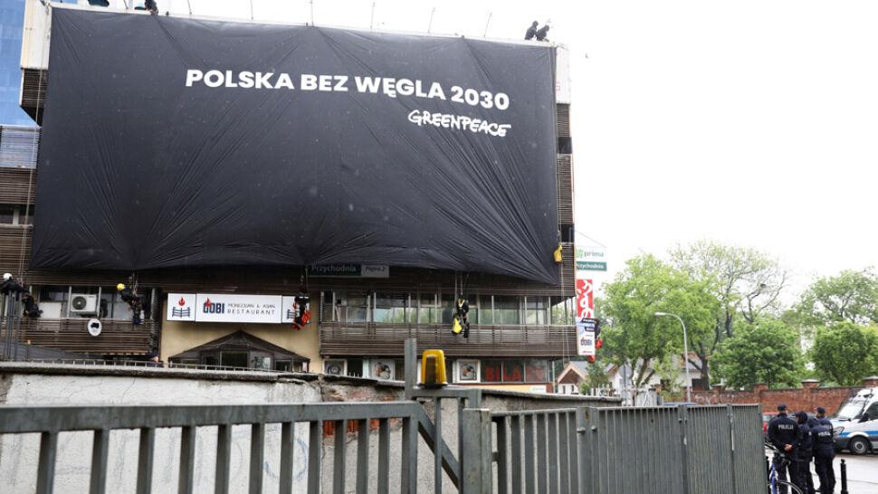 """Płachty na siedzibach PiS i PO. """"Ignorują kwestię ochrony klimatu"""""""
