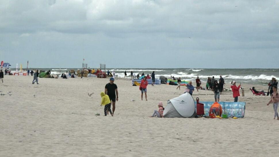 Zagrożenie epidemiczne w Polsce rośnie, a na plażach tłumy