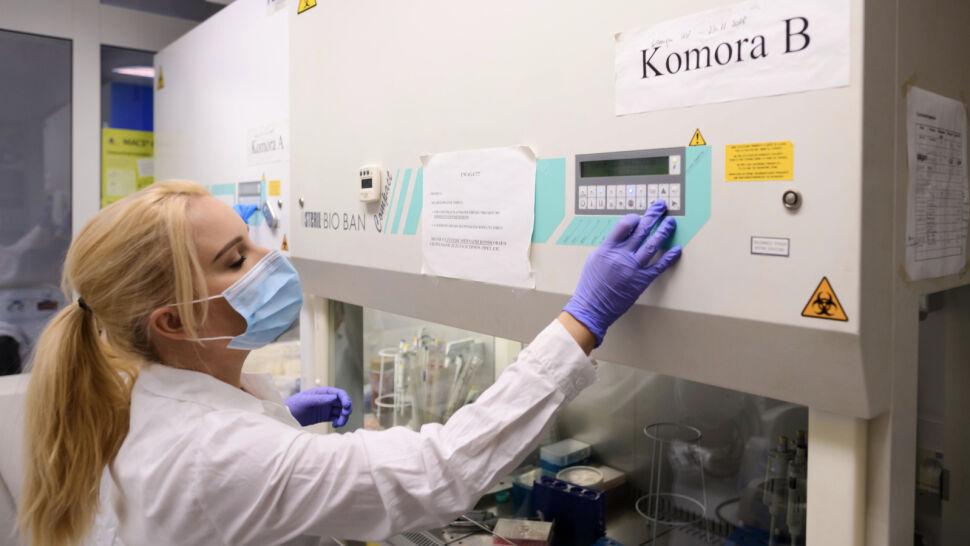 NFZ obniżył kwotę refundacji testu na obecność koronawirusa z 400 do 280 złotych