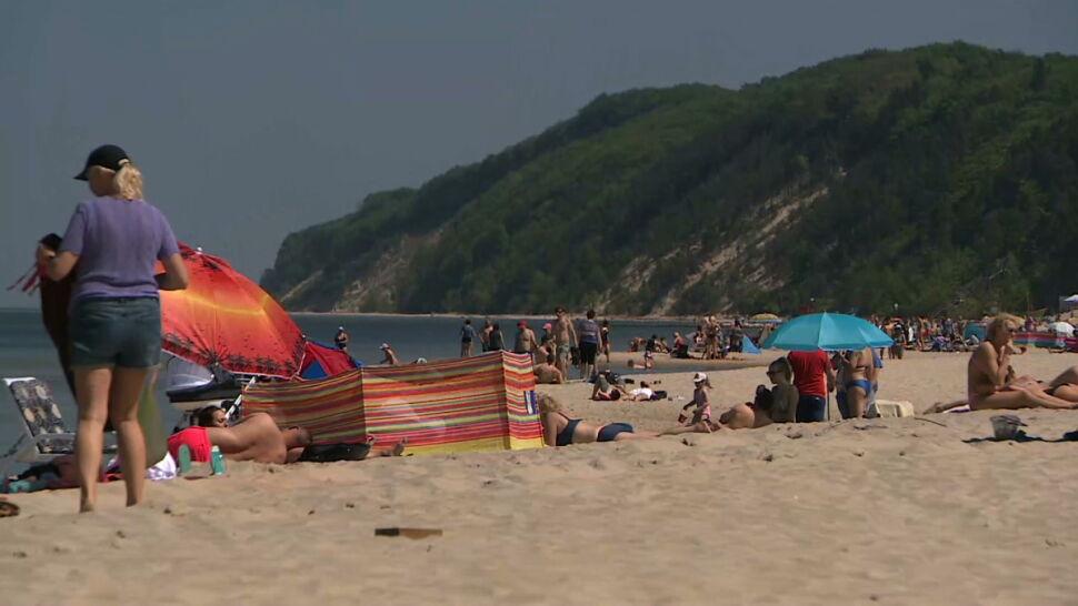 Pierwsze parawany już na plażach. Piękna pogoda w całym kraju