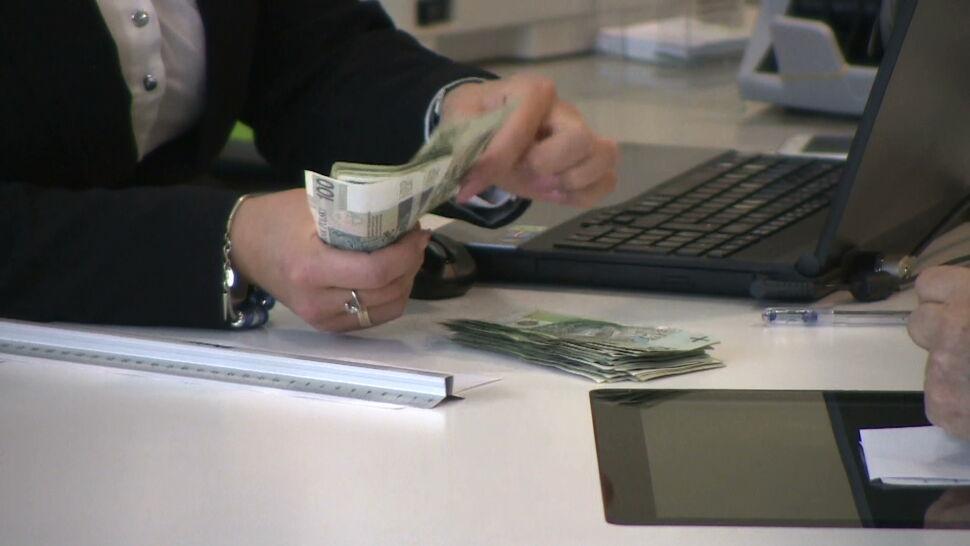 Pracownica banku uratowała staruszkę przed oszustem