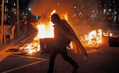 Gumowe kule, butelki i płonące kosze. Starcia z policją w Katalonii