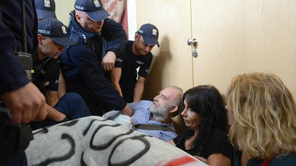 Zablokowane posiedzenie KRS. Protestujących wyniosła policja