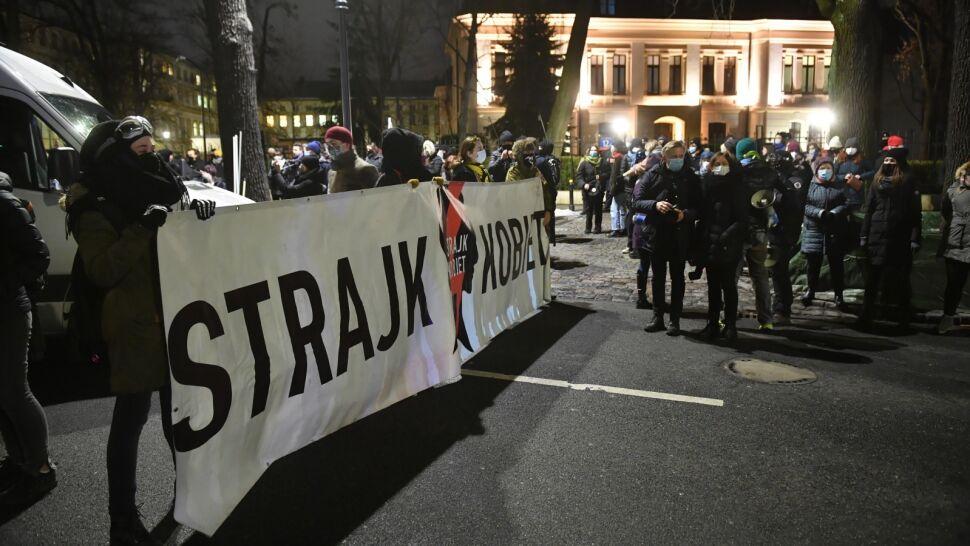 Jest uzasadnienie wyroku w sprawie aborcji. Przed siedzibą TK zebrali się protestujący