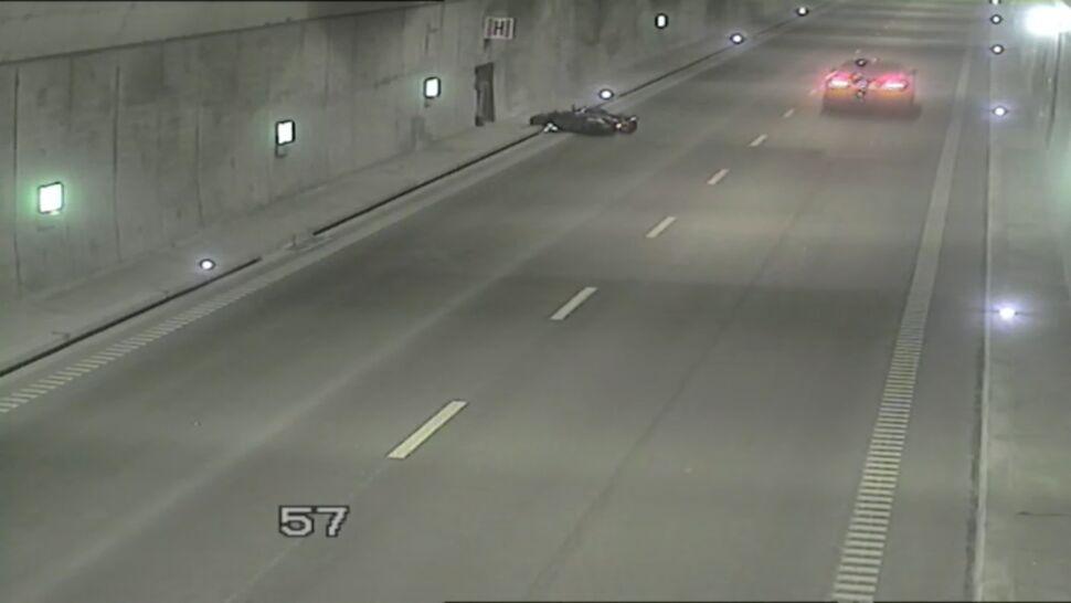 Motocyklista wywrócił się w tunelu, kierowcy aut nie zareagowali