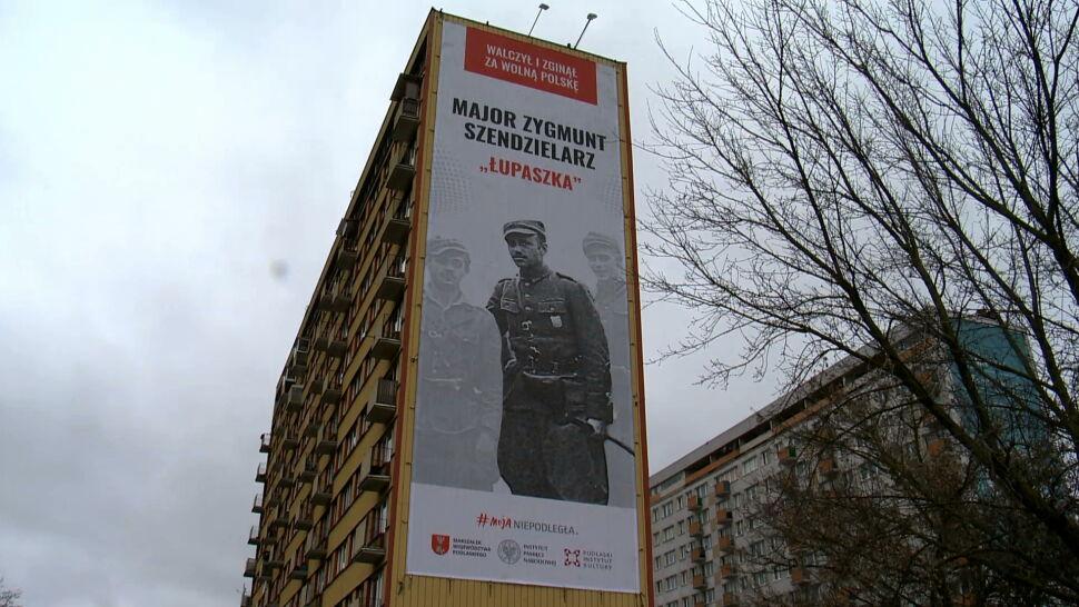 """Banery z wizerunkiem """"Łupaszki"""" na wieżowcach w Białymstoku"""