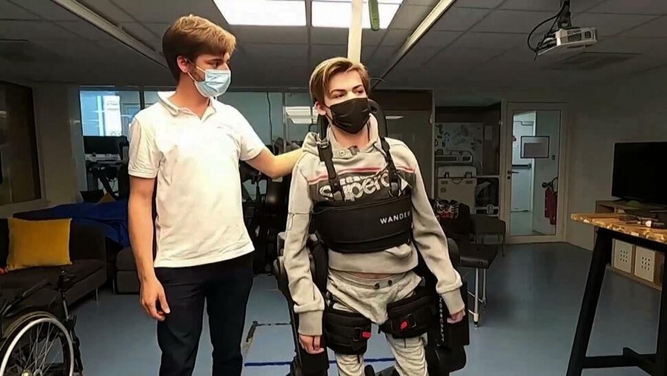 16-letni Oscar cierpi na chorobę neurogenetyczną. Ojciec stworzył dla niego specjalny egzoszkielet